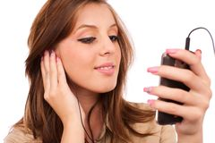 Mooie meisje het luisteren muziek Royalty-vrije Stock Foto