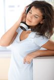 Mooie meisje het luisteren muziek met vreugde Stock Fotografie