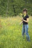 Mooie meisje het plukken bloemen Stock Foto's