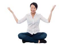 Mooie meisje het praktizeren meditatie smilingly Stock Afbeelding