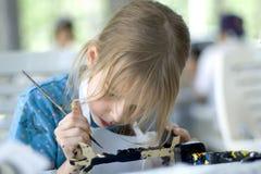 Mooie meisje het schilderen totem Royalty-vrije Stock Foto's