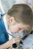 Mooie meisje het schilderen totem Stock Afbeeldingen