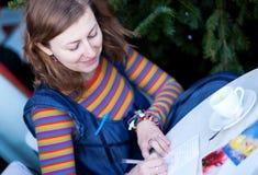 Mooie meisje het schrijven Kerstkaarten Royalty-vrije Stock Afbeelding
