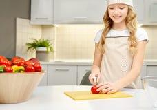Mooie meisje scherpe tomaten voor gezonde salade stock afbeeldingen