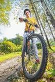 Mooie meisjes berijdende fiets Royalty-vrije Stock Afbeeldingen