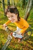 Mooie meisjes berijdende fiets Stock Afbeelding