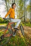 Mooie meisjes berijdende fiets Stock Foto's