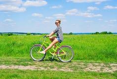 Mooie meisjes berijdende fiets Royalty-vrije Stock Foto's
