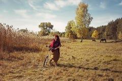 Mooie meisjes berijdende fiets op gebied Royalty-vrije Stock Afbeeldingen