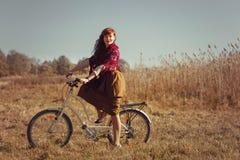 Mooie meisjes berijdende fiets op gebied Royalty-vrije Stock Afbeelding