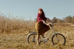 Mooie meisjes berijdende fiets op gebied Royalty-vrije Stock Fotografie