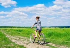 Mooie meisjes berijdende fiets in openlucht Stock Afbeeldingen