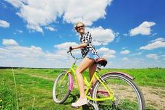 Mooie meisjes berijdende fiets in openlucht Royalty-vrije Stock Foto