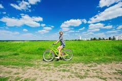 Mooie meisjes berijdende fiets in openlucht Royalty-vrije Stock Fotografie