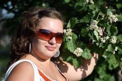 Mooie meisjes dichtbij bloeiende bomen in het park Het concept de jeugd en natuurlijke schoonheid Stock Foto