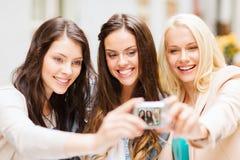 Mooie meisjes die beeld in koffie in stad nemen Royalty-vrije Stock Foto's