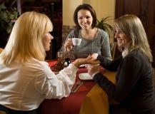 Mooie meisjes die bij thee babbelen Royalty-vrije Stock Fotografie