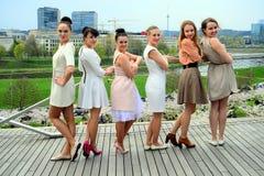 Mooie meisjes die de lente in Vilnius-stad vieren Royalty-vrije Stock Afbeelding
