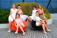 Mooie meisjes die de lente in Vilnius-stad vieren Royalty-vrije Stock Afbeeldingen