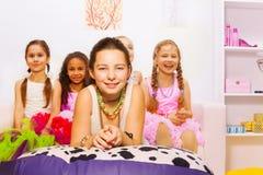 Mooie meisjes die en in de slaapkamer leggen zitten Stock Fotografie