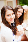 Mooie meisjes die koffie in koffie drinken Royalty-vrije Stock Afbeelding