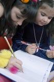 Mooie meisjes die met potloden spelen royalty-vrije stock afbeeldingen