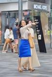 Mooie meisjes die op een het winkelen gebied, Peking, China lopen Royalty-vrije Stock Foto