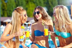 Mooie meisjes die pret op de zomervakantie hebben Royalty-vrije Stock Foto