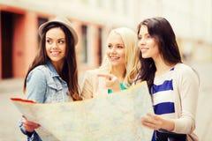 Mooie meisjes die richting in de stad zoeken Stock Fotografie