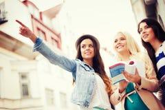 Mooie meisjes die richting in de stad zoeken royalty-vrije stock foto's