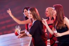 Mooie meisjes die tot dranken opdracht geven bij de bar stock foto
