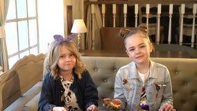 Mooie meisjes die uit eten de meisjes eten pizza het glimlachen enjoying Volledige HD stock videobeelden