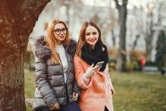 Mooie meisjes in een park stock fotografie