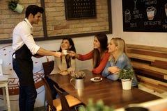 Mooie meisjes in koffie stock foto's