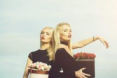 Mooie meisjes met bloemen in doos stock foto