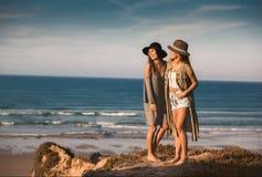 Mooie meisjes op het strand Stock Afbeeldingen