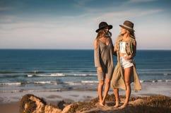 Mooie meisjes op het strand Royalty-vrije Stock Foto