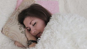 Mooie meisjesslaap in bed die haar hoofdkussen koesteren stock videobeelden
