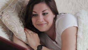 Mooie meisjesslaap in bed die haar hoofdkussen koesteren stock footage