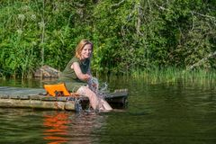 Mooie meisjesspelen met water royalty-vrije stock foto