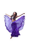 Mooie meisjessprong in dans met vliegende stof Stock Afbeelding