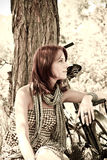 Mooie meisjeszitting dichtbij fiets. Royalty-vrije Stock Afbeeldingen