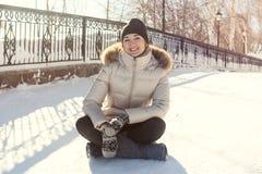 Mooie meisjeszitting op de sneeuw Royalty-vrije Stock Afbeeldingen