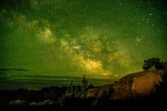 Mooie Melkachtige die manier bij Bogen Nationaal Park Utah wordt geschoten de V.S. Van de het lage lichtverontreiniging van Utah  stock afbeelding