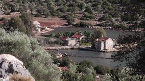 Mooie mening aan de huizen op de overzeese kust stock videobeelden