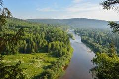 Mooie mening aan de rivier met kamp op de linkerkust Royalty-vrije Stock Foto