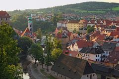 Mooie mening aan de de toren, Vltava-Rivier en de oude stad van Cesky Krumlov in een vroege ochtend Tsjechische Republiek Stock Foto's