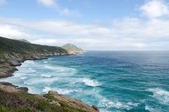 Mooie mening aan het rotsachtige strand Stock Foto