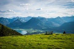 Mooie mening in bergen met bank royalty-vrije stock foto