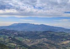 Mooie mening, de groene heuvels van de republiek van San Marino stock afbeeldingen